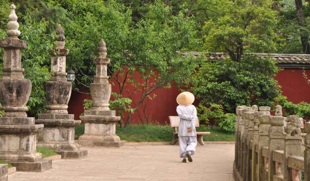 Huating Temple monk walking original photo unretouched.